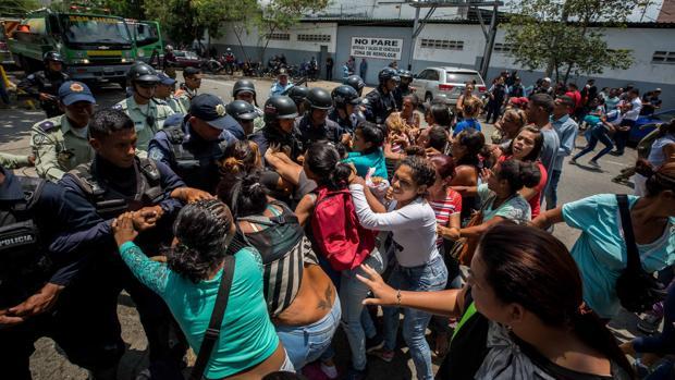 Familiares de presos protestan ante la Policía el 28 de marzo ante el centro de reclusión de Carabobo, Venezuela