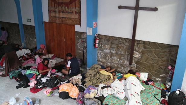 Inmigrantes que participan en la caravana, descansan en una iglesia de la ciudad de Puebla, en México