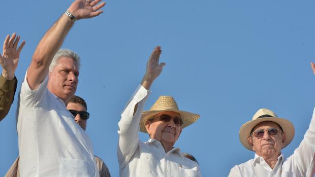 Miguel Díaz-Canel (izquierda) y Raúl Castro (centro), en una imagen del 1 de mayo de 2016