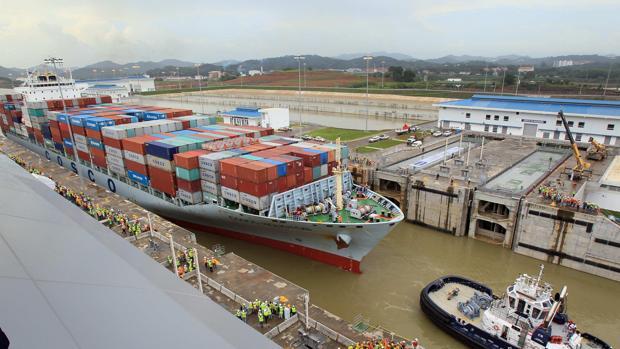 Un buque realiza un tránsito de prueba por la ampliación del canal de Panamá