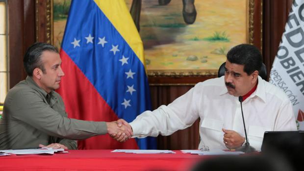 Nicolás Maduro (derecha) y Tareck el Aissami se estrechan la mano en febrero de 2017