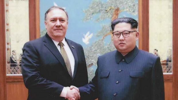Imagen facilitada por la Casa Blanca facilitada el 26 de abril de 2018 que muestra al entonces director de la CIA, Mike Pompeo (i), junto al líder de Corea del Norte, Kim Jong-un, en Pionyang