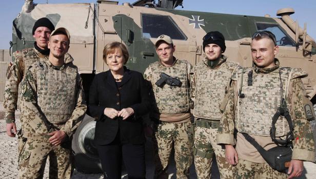 Merkel posa con militares alemanes durante una visita a un campamento en Afganistán en 2010