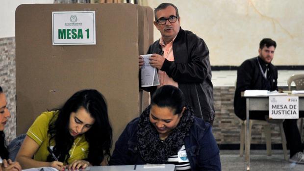 El antiguo líder de la guerrilla de las FARC, Rodrigo Londoño, «Timochenko», en un centro electoral de Bogotá