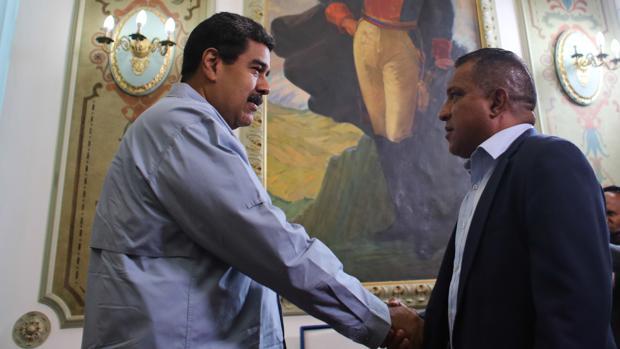 Nicolás Maduro saluda al gobernador opositor de Nueva Esparta, Alfredo Díaz
