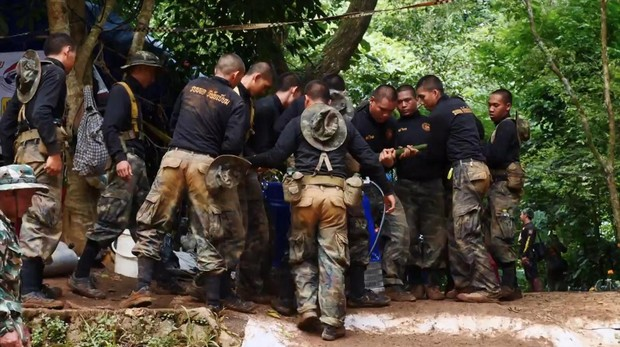Equipo de rescate en la entrada a la cueva