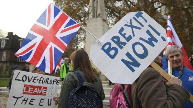 Manifestantes que apoyan la protesta Brexit fuera de las Casas del Parlamento en Londres