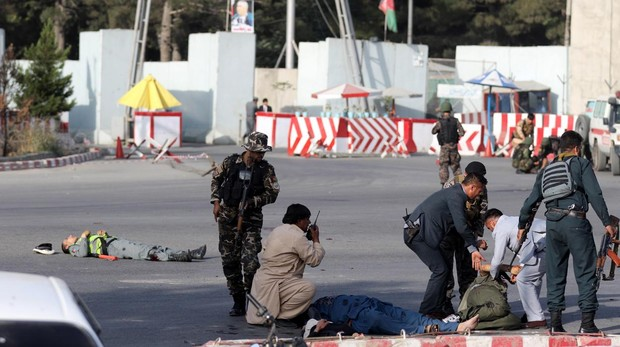 En los alrededores del aeropuerto de Kabul, las fuerzas de seguridad ayudan a los heridos