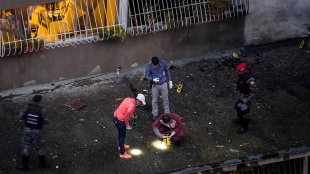 Efectivos de distintos cuerpos de seguridad custodian y toman evidencias de la explosión