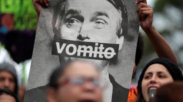 Una pancarta contra el candidato a la presidencia de Brasil, Jair Bolsonaro