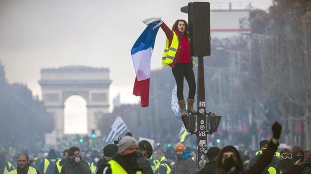 Protesta de los chalecos amarillos en la Avenida de los Campos Elíseos de París