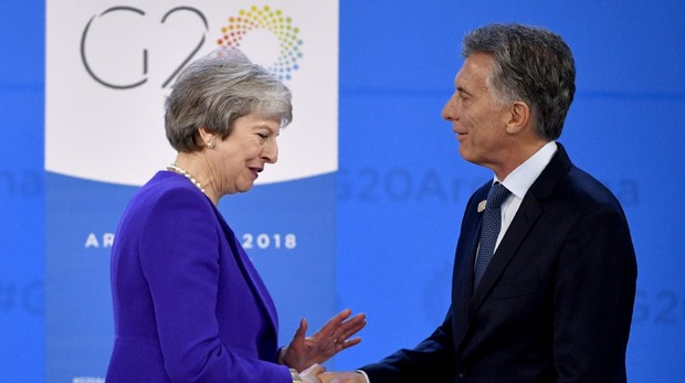 La primera ministra británica Theresa May saluda al presidente argentino, Mauricio Macri, en el G-20