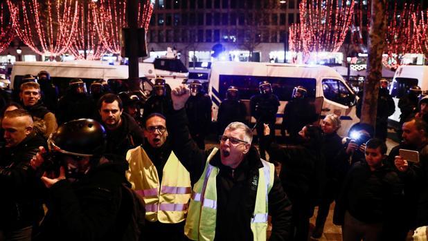 """Los manifestantes antigubernamentales """"chaleco amarillo"""" (gilets jaunes) protestan en los Campos Elíseos en el centro de París"""