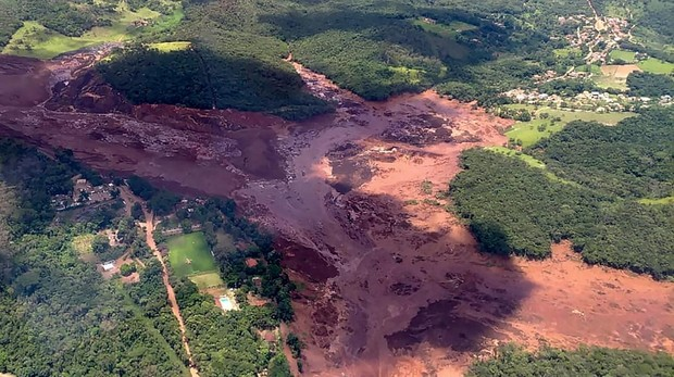 Imagen cedida por el Departamento de Bomberos de Minas Gerais tras la rotura de la presa