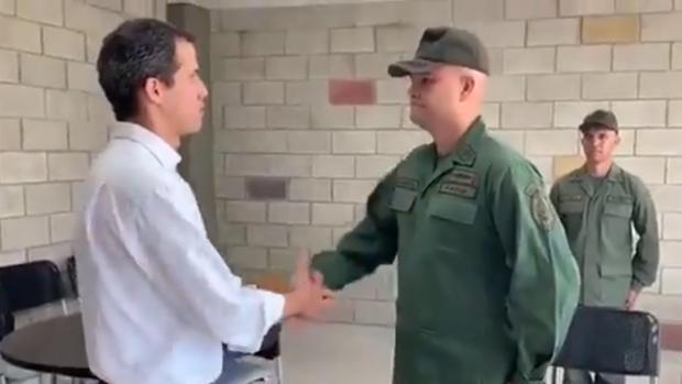 Uno de los integrantes del ejército chavista que ha desertado
