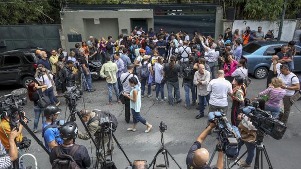Periodistas, trabajando frente a la casa del opositor Leopoldo López en 2017