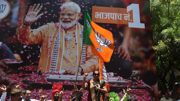 Un grupo de hindúes celebran hoy en India la victoria de Modi