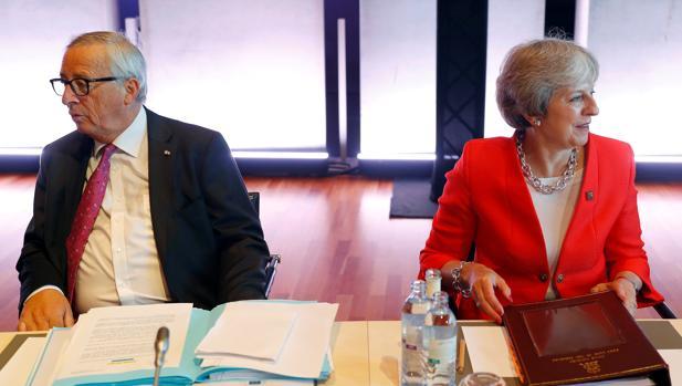 Jean-Claude Juncker y Theresa May, en una cumbre informal en Salzburgo el 20 de septiembre de 2018
