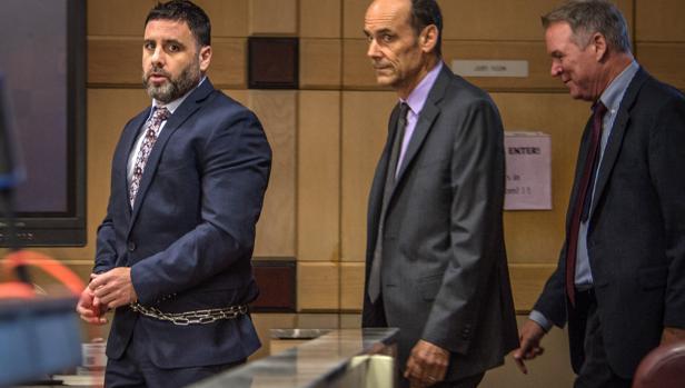 Pablo Ibar (izquierda) llega con sus abogados Benjamin Waxman (centro) y Kevin J. Kulik
