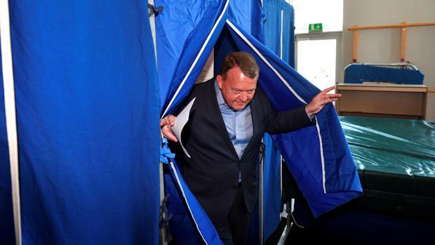 El primer ministro danés, Lars Lokke Rasmussen, se dispone a depositar su voto en un colegio electoral, hoy en Copenhague