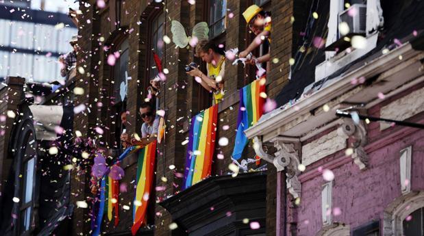 Banderas del orgullo gay en un edificio en Toronto (Canadá)
