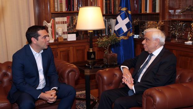 El primer ministro de Grecia, Alexis Tsipras, conversa con el presidente griego, Prokopis Pavlópulos, durante una reunión celebrada este lunes en Atenas