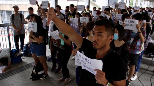 Grupos de indignados protestan contra la represión policial de las manifestaciones en Hong Kong