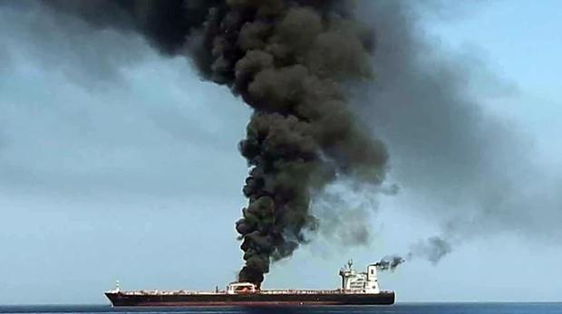 Imagen tomada de la televisión estatal iraní IRIB este jueves, que supuestamente muestra el humo que emerge de uno de los petroleros presuntamente atacados