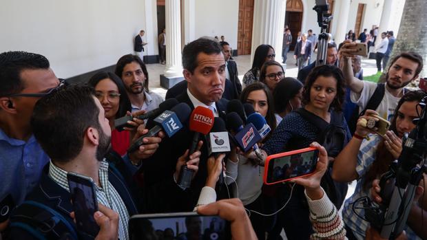 Guaidó hace declaraciones a la prensa a su llegada al Parlamento en Caracas