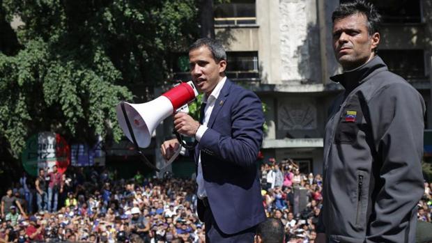 Juan Guaidó junto a Leopoldo López durante el levantamiento del pasado 30 de abril