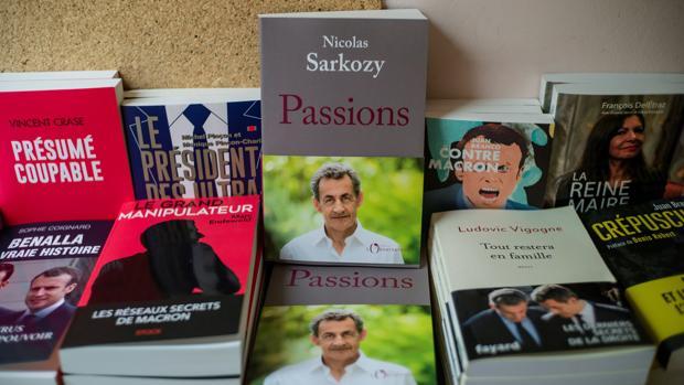 El libro escrito por el expresidente galo Nicolas Sarkozy a la venta en una librería en París