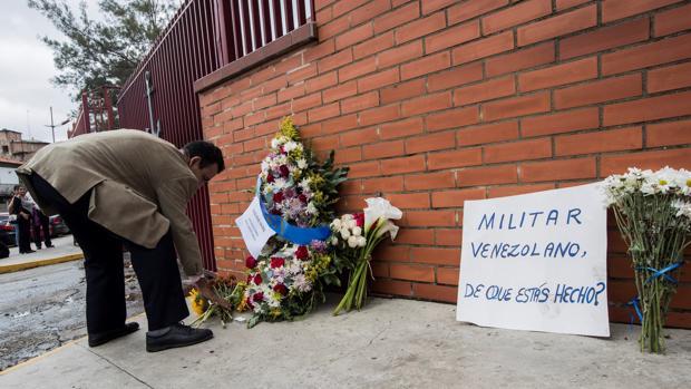 Un hombre deja una ofrenda floral en la entrada del Comando General de la Armada Bolivariana este lunes en honor al capitán venezolano, Rafael Acosta Arevalo