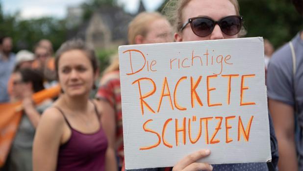 Una persona muestra un cartel de apoyo a las labores humanitarias