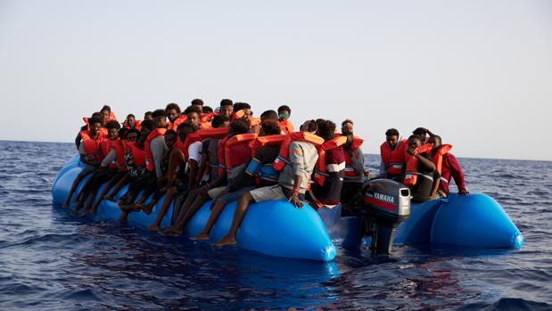 Inmigrantes en una lancha neumática antes de ser rescatados por el buque Alan Kurdi