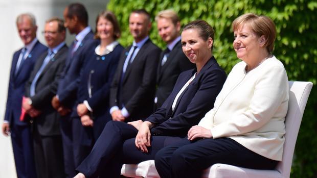 Merkel y la primera ministra danesa, Mette Frederiksen, durante una recepción militar en la Cancillería en Berlín