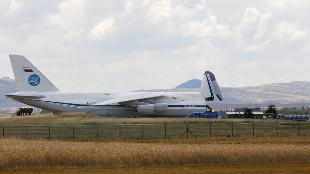 Un avión de carga Antonov ruso, este viernes tras aterrizar en la base de Murted, próxima a Ankara