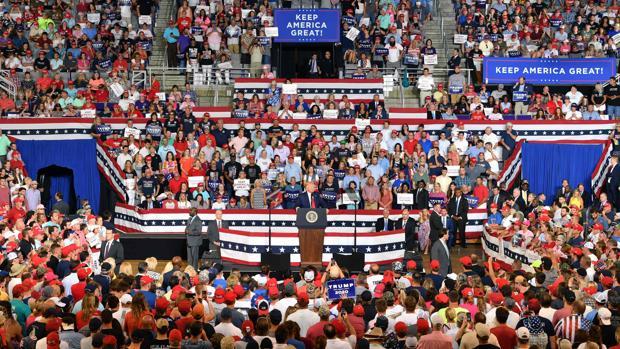 Donald trump, este jueves en un mitin en Carolina del Norte donde sus seguidores cantaron «¡Enviadla de vuelta! ¡Enviadla de vuelta!»