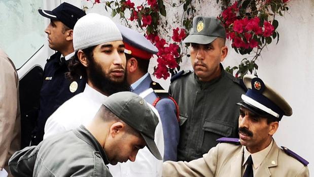 Abdessamad Al Joud, el cerebro del grupo yihadista, a su llegada al tribunal custodiado por la policía marroquí.
