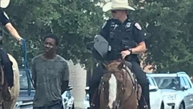 La Policía lleva atado y a caballo a un hombre negro en Galveston, Texas
