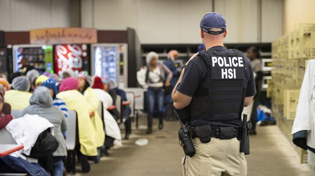 El Servicio de Inmigración de EE.UU. detiene a 680 trabajadores en Mississippi
