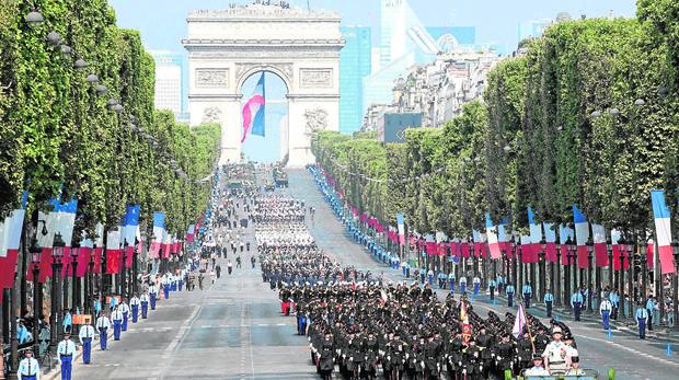 Desfile miltiar durante la celebración del 14 de julio en París