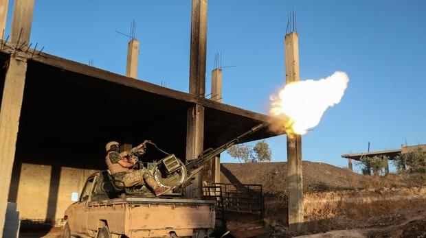 Un grupo de rebeldes derriban un avión de combate del Ejército sirio en Idlib