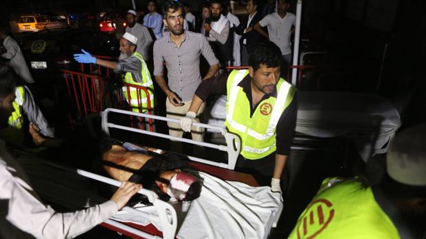 Los servicios médicos, con las víctimas tras el atentado