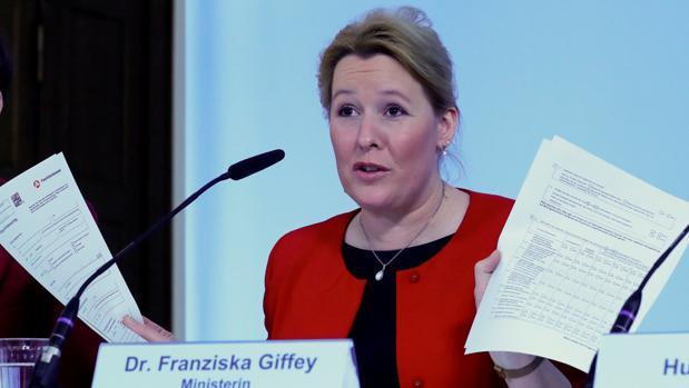 La «mera sospecha» de que plagió su tesis «inhabilita» a la ministra alemana de Familia, según expertos