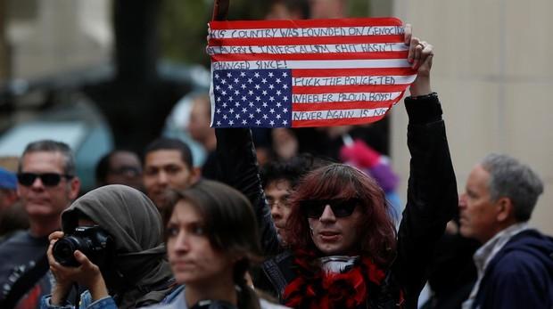 Un asistente a la contramanifestación sujeta una bandera tras la concentración de los «Proud Boys» en Portland, Oregon