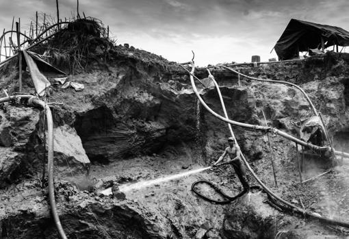 Un minero trabajando a cielo abierto en mina del estado Bolívar