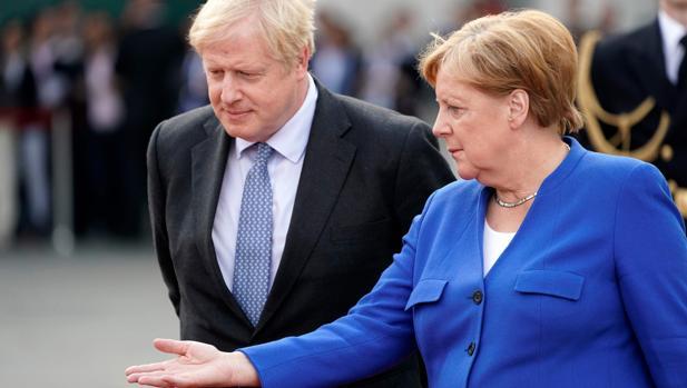 Merkel asegura a Johnson que ve posible una solución para la frontera irlandesa «en 30 días»