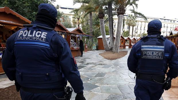 La Policía francesa en una imagen de archivo revisando el mercadillo de Niza, en 2016, tras los ataques terroristas de Berlín