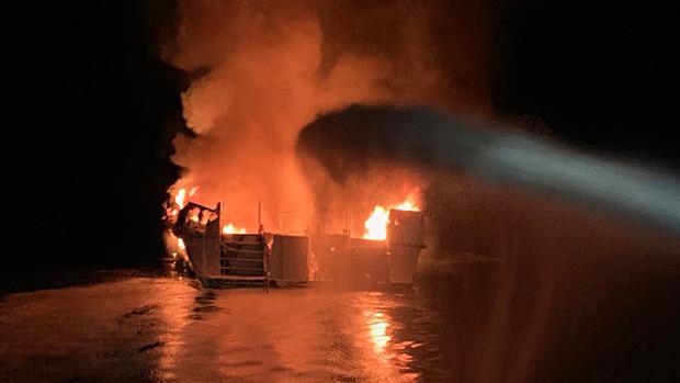 Imagen de la embarcación en llamas