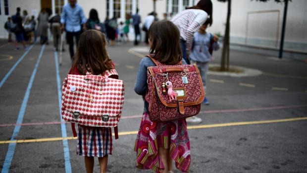 Foto de archivo de dos alumnas en una escuela